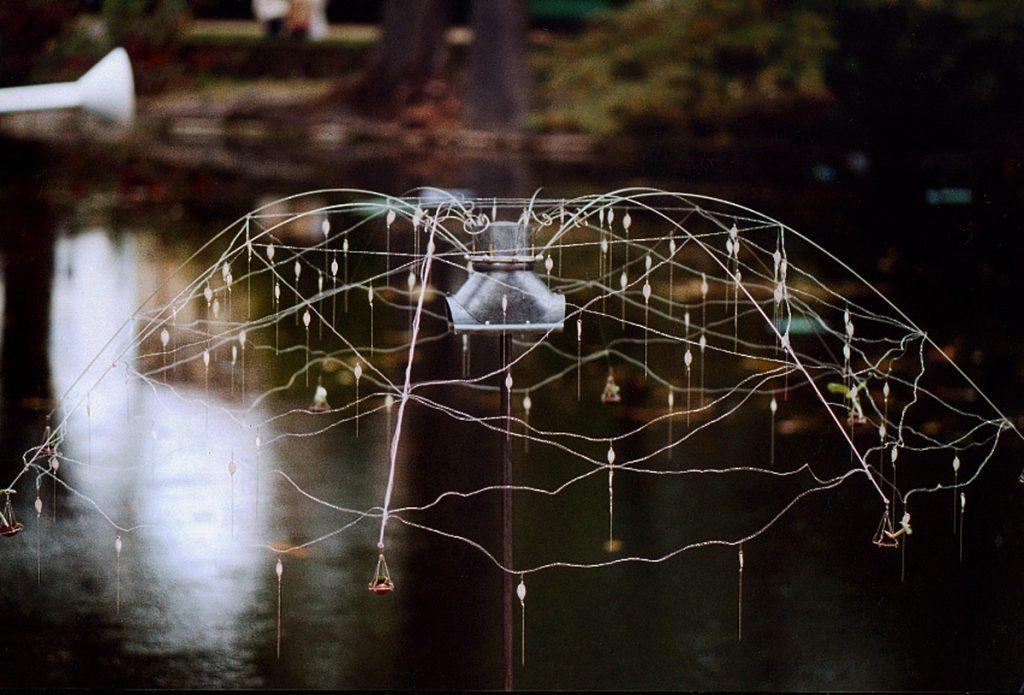 LA-PARABOLE-DE-CENDRILLON-sculpture-installation-en-exterieur-maillechort-inox-graines-de-potiron-bronze-terre-parabole-2003-Patricia-Lemaire